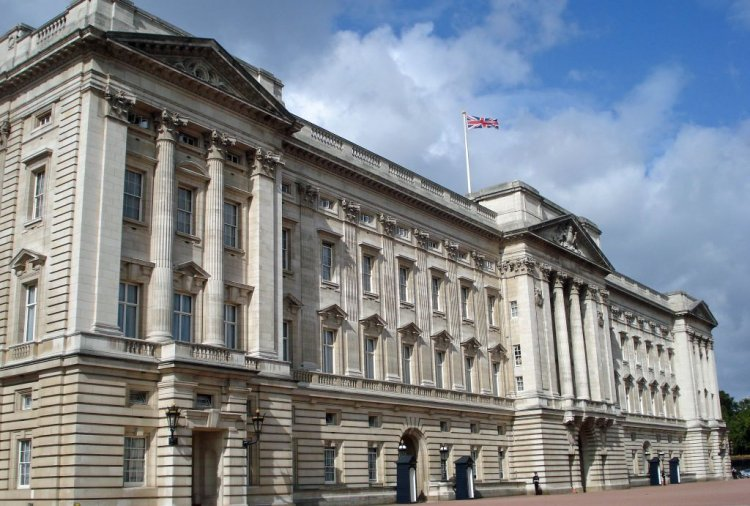 15 Unbelievable Facts About Buckingham Palace!